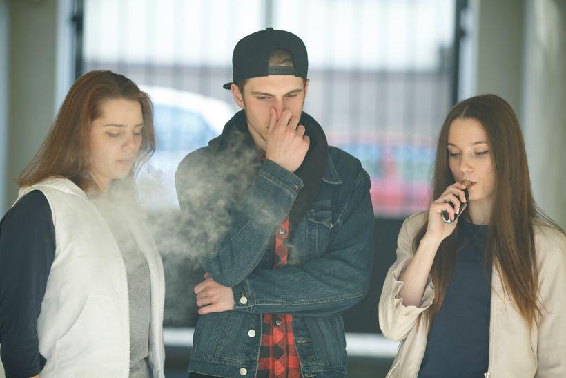Elektronické cigarety znovu zabíjejí. Zdravotní problémy mají imladí lidé vdobré kondici