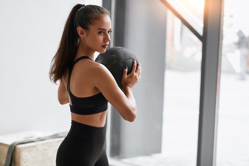 Posilování pro ženy: měly by cvičit jinak než muži? Sestav si trénink podle 5 tipů!