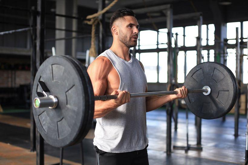 Bicepsovým zdvihem kpažím jako Schwarzenegger. Cvičíte ho správně?
