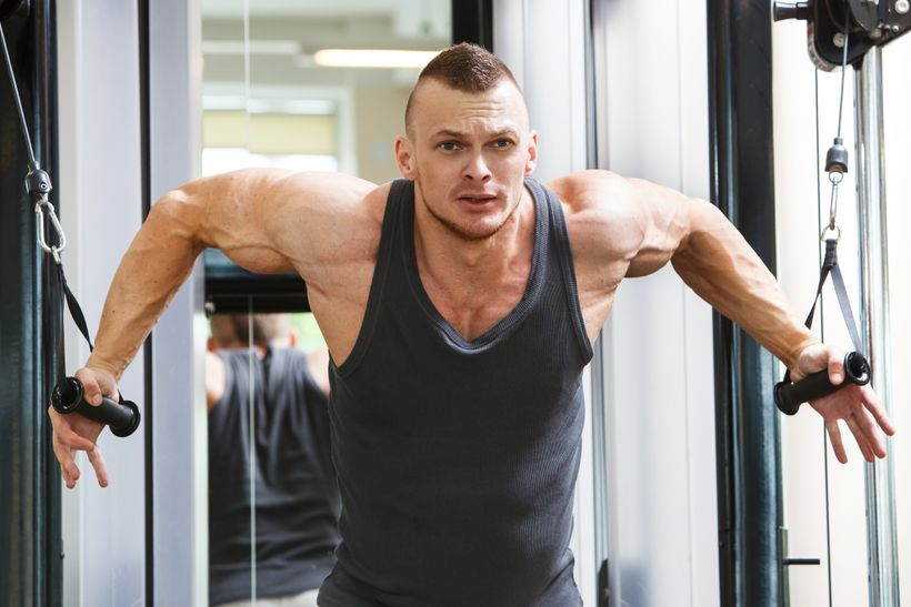 Stroje vs. činky: co je lepší pro procvičení svalů?
