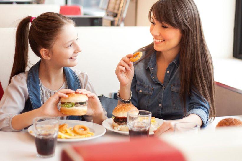 Imunitní systém reaguje na fast food podobně agresivně jako na bakteriální infekci, potvrdili vědci