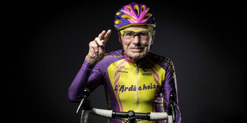 Ve 105 letech trhá rekordy na dráze amění pravidla fyziologie