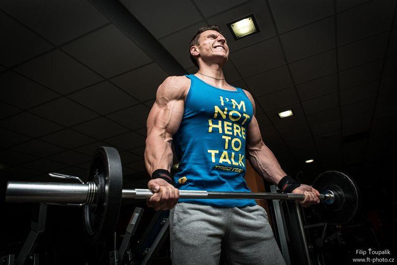Bicepsovým zdvihem k pažím jako Schwarzenegger. Cvičíte ho správně?
