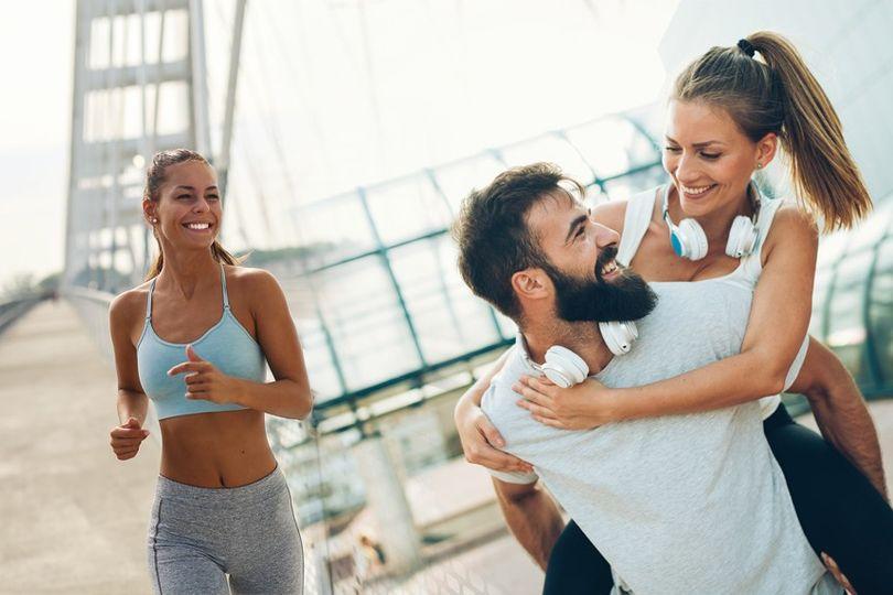 Být singl vs. být ve vztahu: Co má lepší vliv na vaši formu?