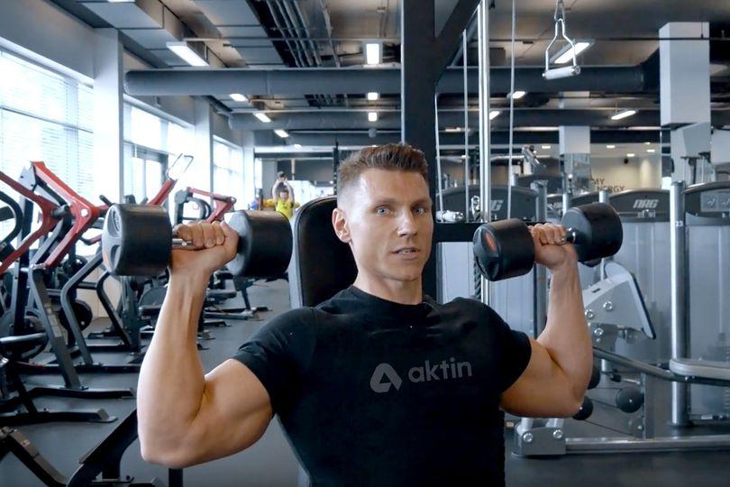 Cesta k mohutným ramenům: Představujeme tlaky na ramena s jednoručkami