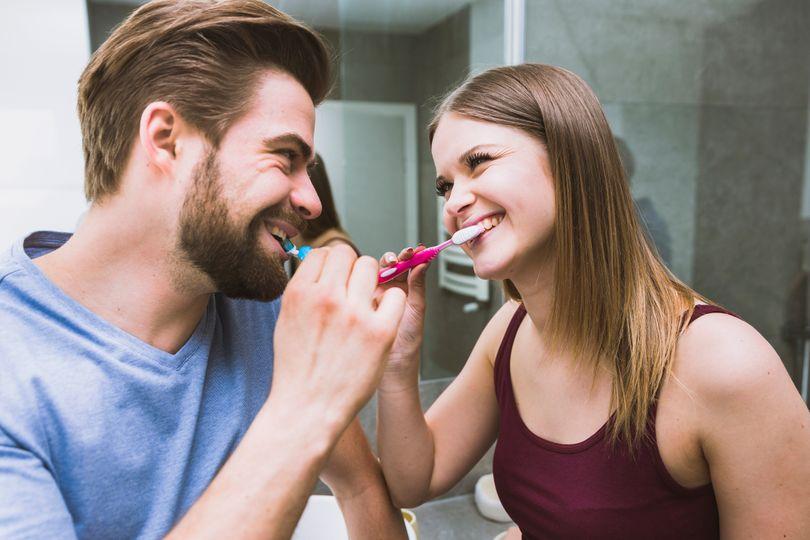 Je lepší čistit zuby před, nebo po snídani?