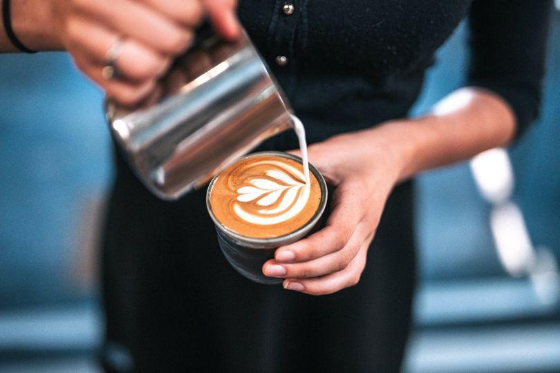Opravdu káva s mlékem způsobuje rakovinu, trávicí potíže a nemá žádný stimulační účinek?