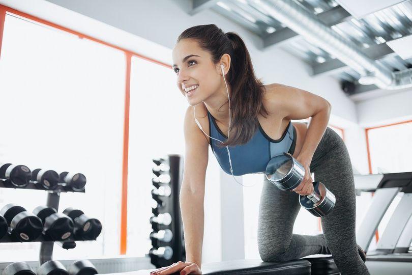 Poprvé v posilovně: Jak zábavně cvičit a mít rychlé výsledky?