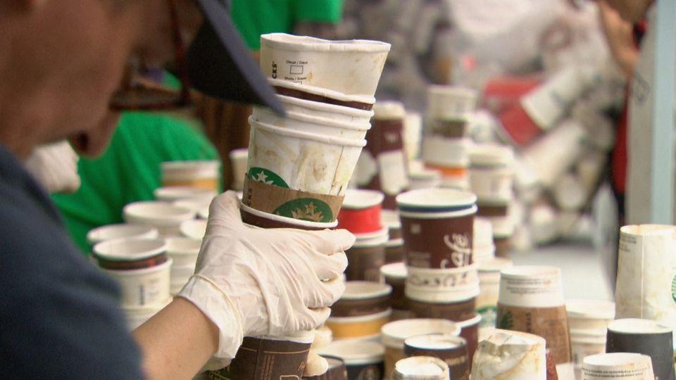 Ročně recyklujeme méně než 1 % z desítek miliard kávových kelímků