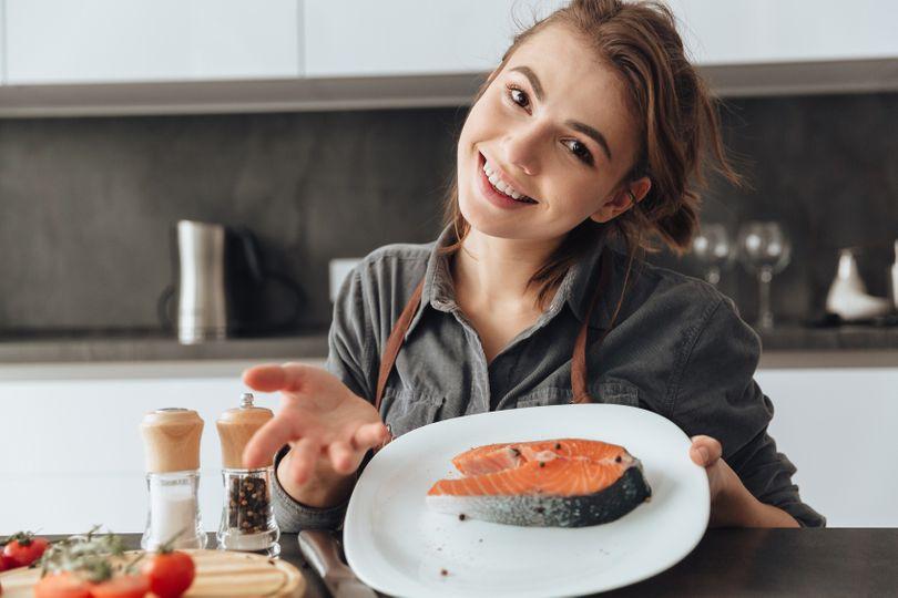 Tučné mořské ryby, omega 3 mastné kyseliny a vitamin D pomáhají v prevenci i léčbě onemocnění koronavirem
