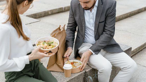 6 chyb, kterými ničíte zdravý oběd, a proto nemáte energii. Neděláte některou z nich?