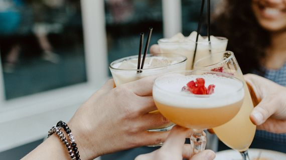 8 letních alkoholických drinků: Jak udělat jejich méně kalorické verze?
