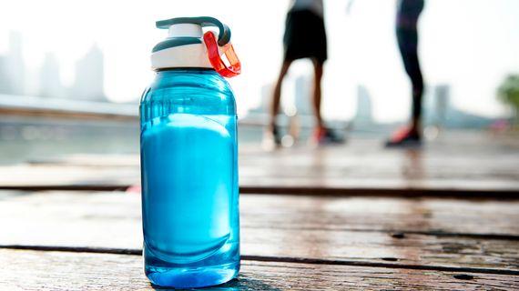 Nebaví vás kohoutková voda? Máme 8 tipů jak si zpestřit pitný režim