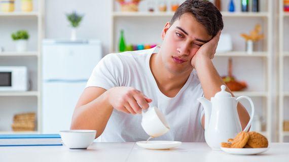 Nedostatek spánku: Zvyšuje stres, chuť k jídlu a zpomaluje svalový růst