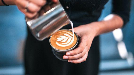 Opravdu káva s mlékem škodí zdraví a způsobuje trávicí potíže?