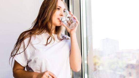 Pomáhá pití vody s hubnutím?