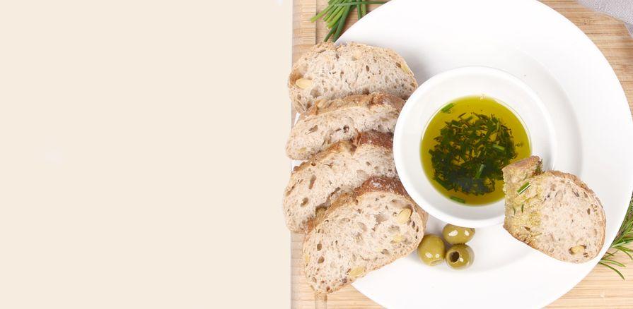 Kvalitní olivový olej získaný šetrným ručním sběrem oliv z Kréty