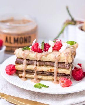 Co obsahuje pražené mandle, kokos, bílou čokoládu, voní po vanilce a medu a je silně návykové?