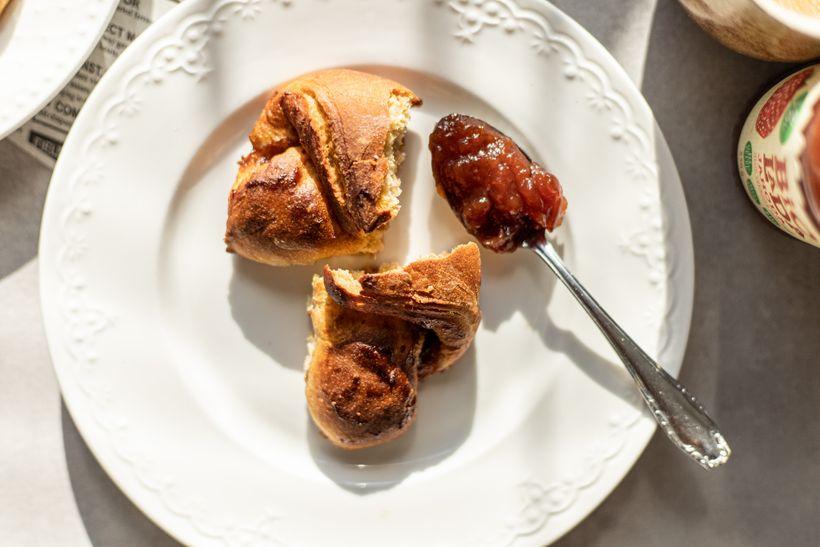 Zdravé domácí croissanty sjahodovou marmeládou aminimem kalorií