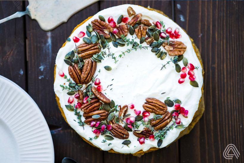 Rozloučení s dýňovou sezónou: Božský dort s kokosovou šlehačkou a slaným karamelem