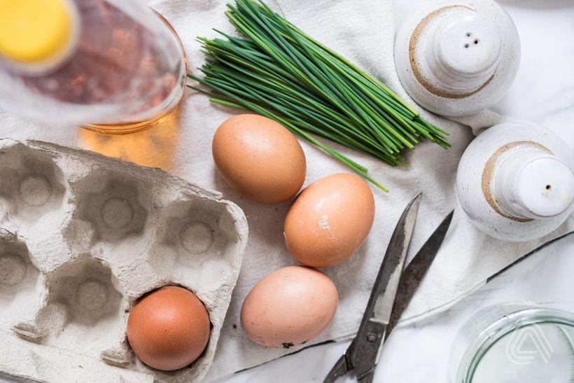 Originální vajíčková snídaně: Vejce do skla s pažitkou a sýrem