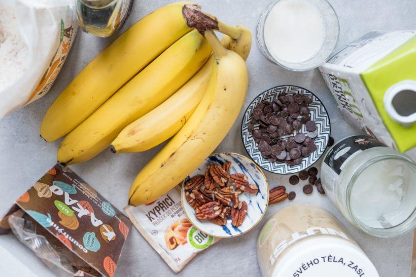 Dvoubarevný banánový chlebíček, na kterém si pochutná vegan i všežravec
