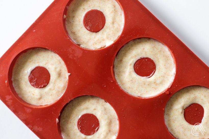 Barevné mini donuty s polevou, které budete mít do půl hodiny na talíři