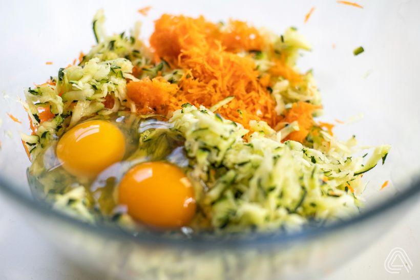 Lahodné cuketovo-mrkvové placky ve fit verzi s česnekovým dipem