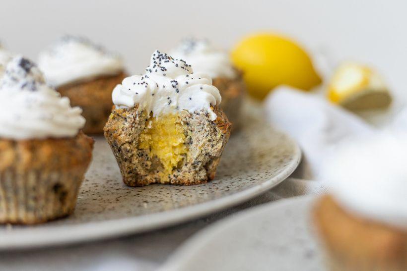 Vychutnejte si citrónovo-makové cupcaky plněné lemon curd, zdobené lehkým krémem