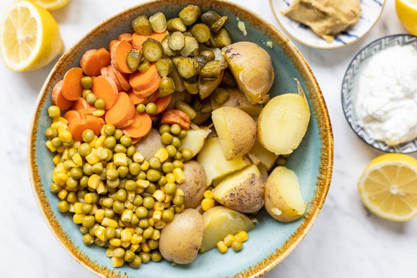 Zdravá štědrovečerní večeře: Křupavý losos vcornflakes slehkým bramborovým salátem