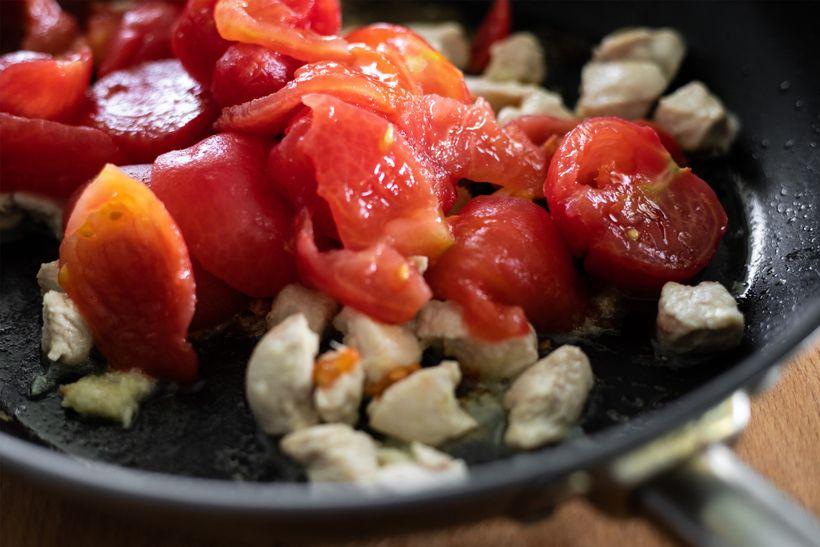 Tip na oběd: Těstoviny s cuketou, rajčaty a kuřecím masem