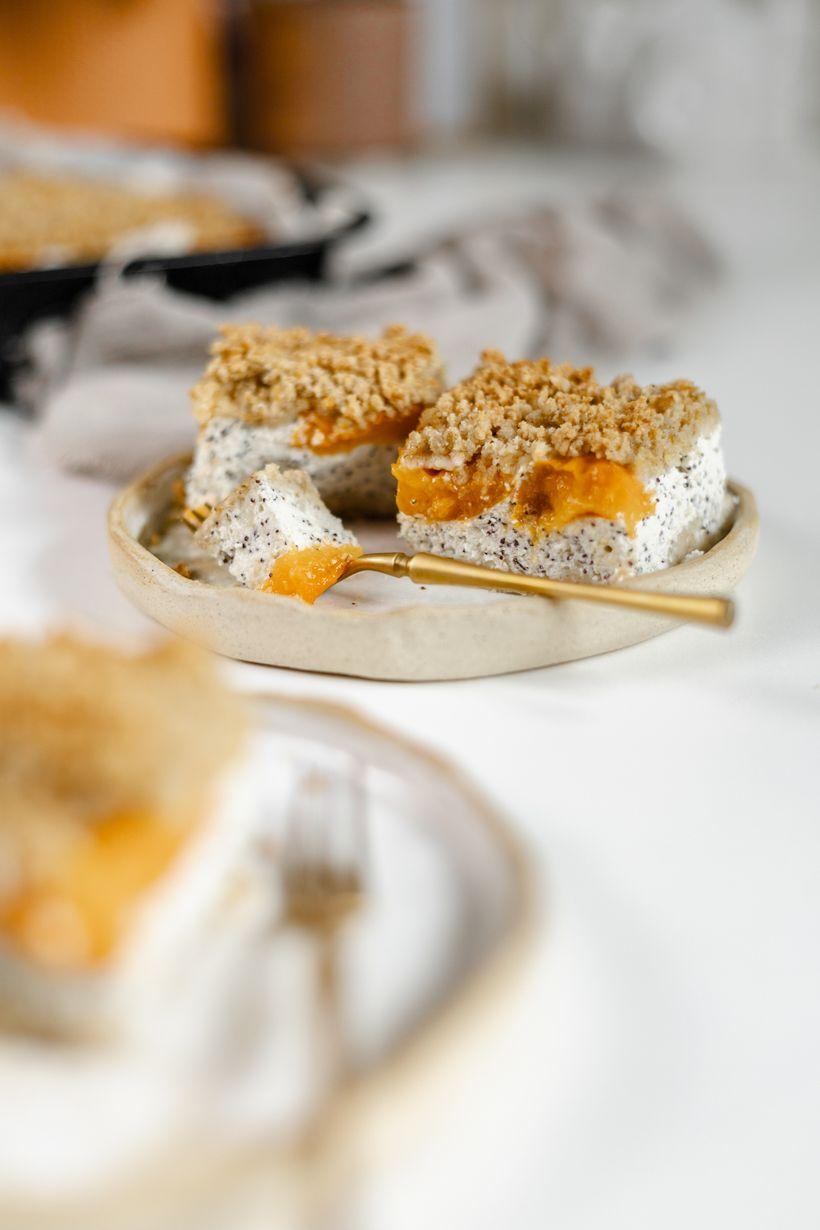 Léto na plechu: Strouhaný meruňkový koláč plný bílkovin