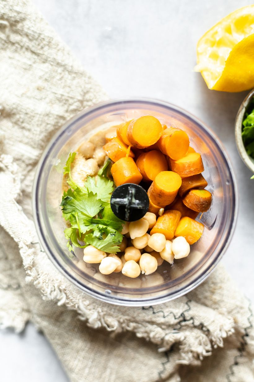 Skvělá, zdravá pomazánka za pár minut: Hummus smrkví akoriandrem