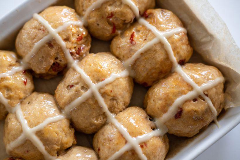 Nadýchané žemličky: Špaldové hot cross buns s goji