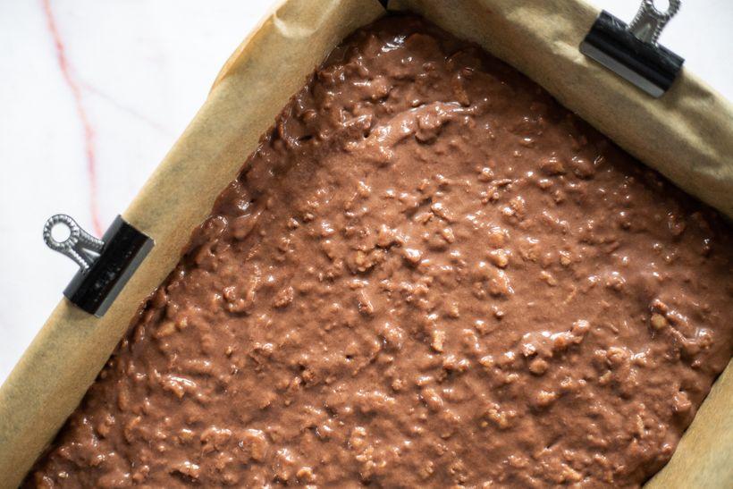 Šťavnatý jablkový koláč s čokoládovou ganache polevou