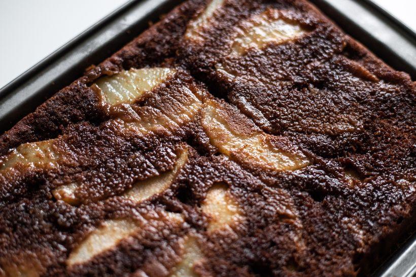 Šťavnatý obrácený koláč s hruškami