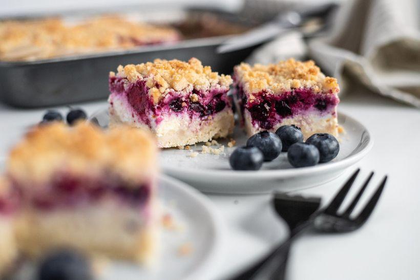 Jednoduchý drobenkový koláč s tvarohem a ovocem