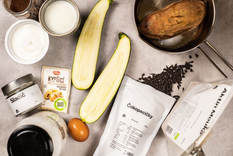 Čokoládový dort stajnými ingrediencemi, které zněj dělají zdravý dezert