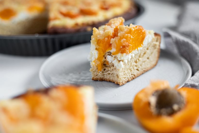 Sezónní kynutý koláč s meruňkami a tvarohem