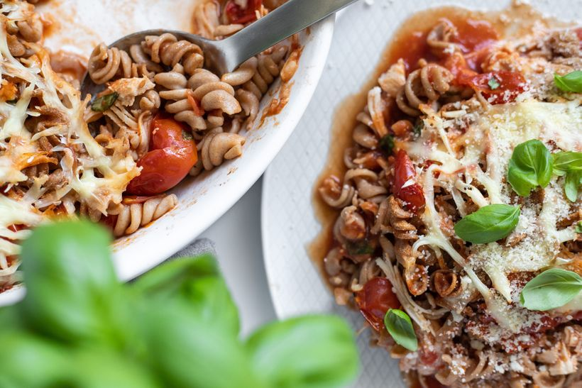 Rychlý achutný oběd plný bílkovin: Zapečené těstoviny strhaným kuřecím masem