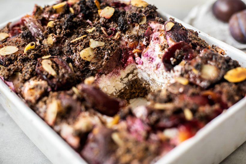 Nejlepší švestkový koláč se šťavnatým krémem a makovou drobenkou