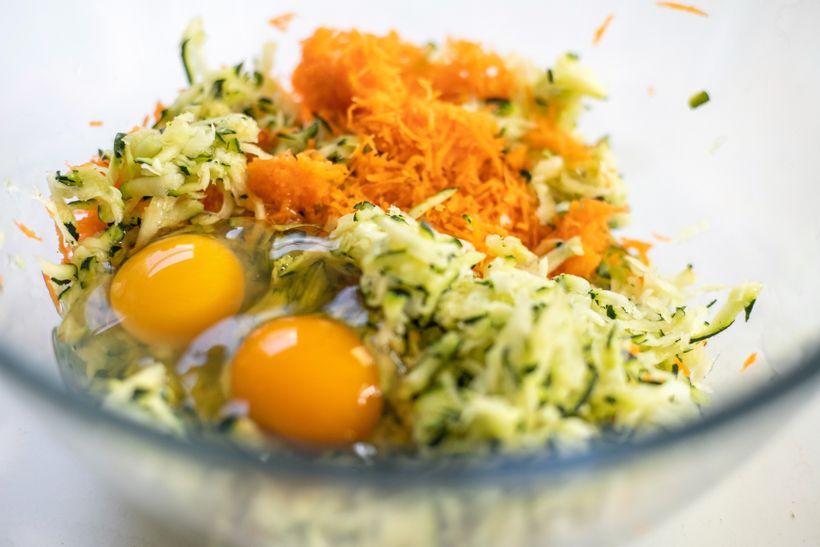 Svěží cuketovo-mrkvové placky ve fit verzi s česnekovým dipem