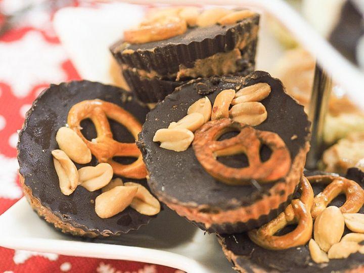Nepečené fit cukroví: Arašídové košíčky se slaným preclíkem