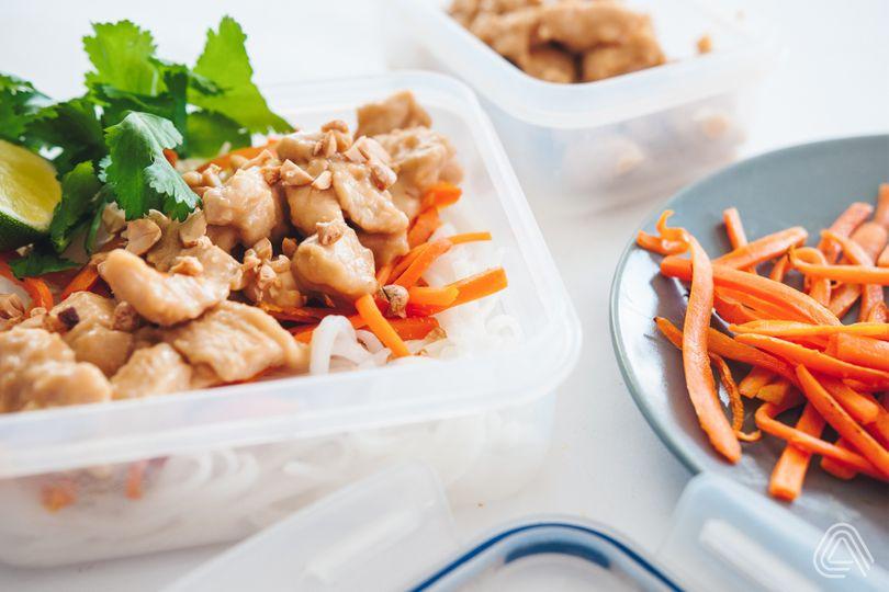 Fitness oběd do krabičky: Kuřecí prsa s arašídovou omáčkou