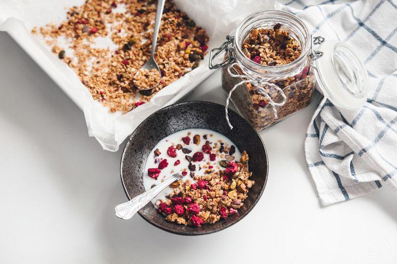 Zapomeň na kupovanou granolu plnou rafinovaného cukru. Vyrob si svoji chutnější a výživnější!