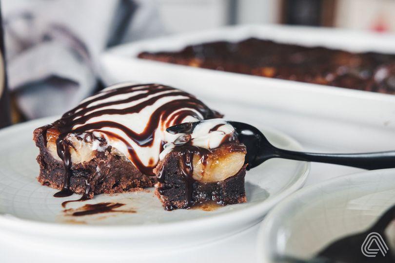 Obrácený banánový koláč s karamelem a jemnou čokoládovou chutí