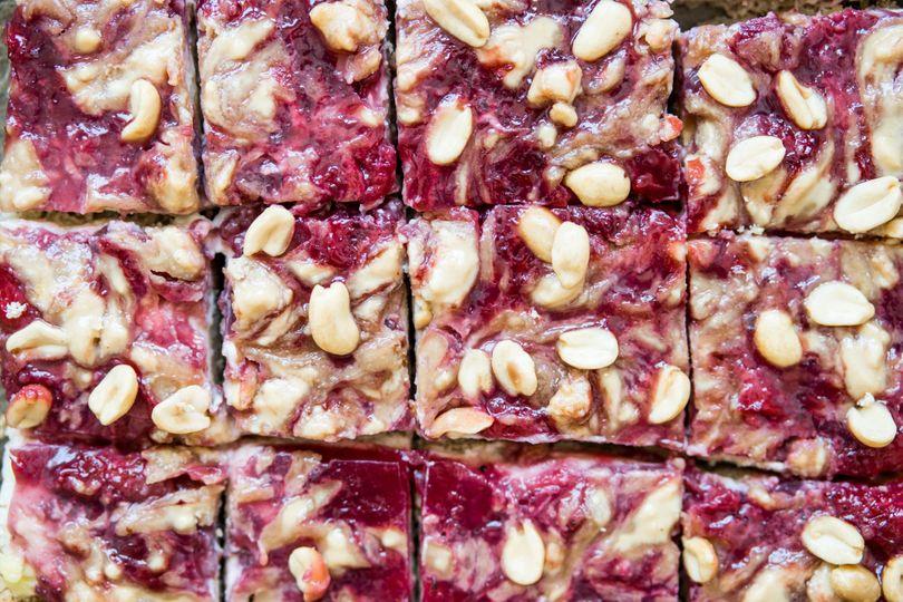 Peanut butter & jelly řezy: Vychutnejte si nesmrtelnou kombinaci marmelády s arašídovým máslem a zůstaňte fit