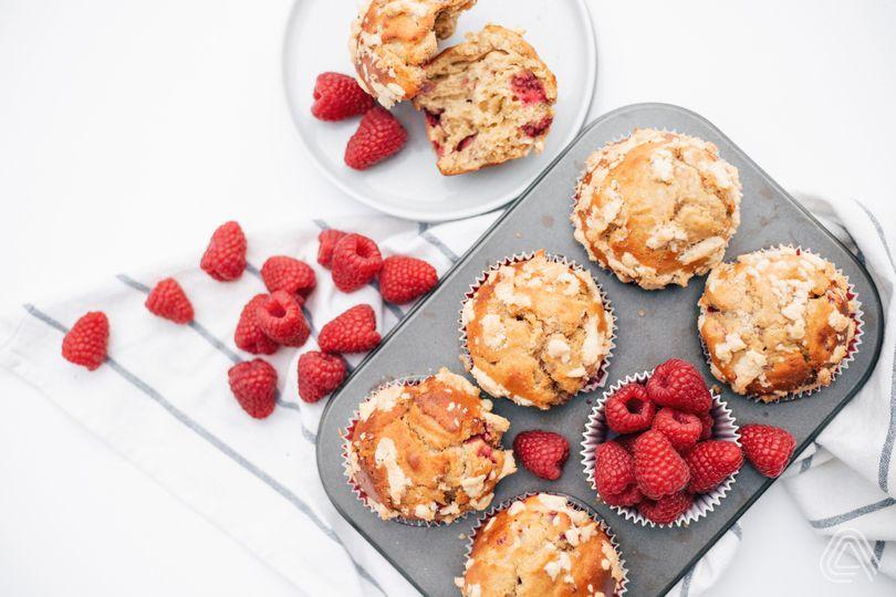 Malinové muffiny s drobenkou, které vás dostanou do nálady