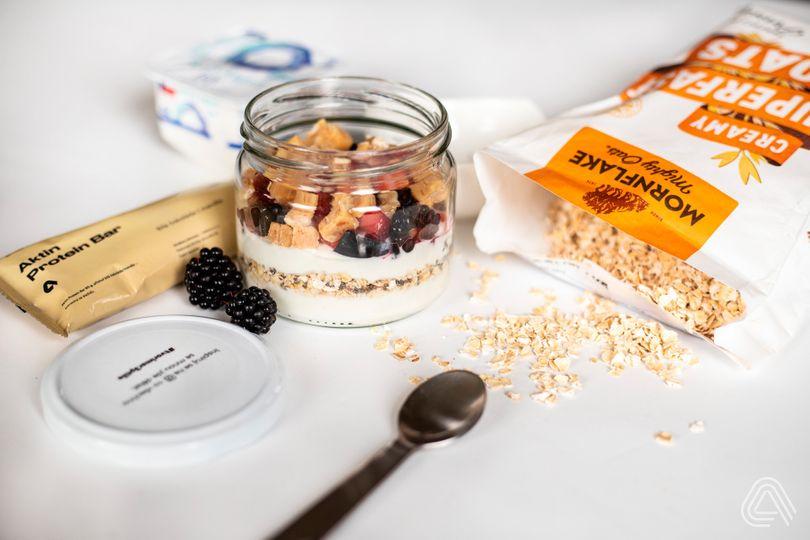 Svačiny s vysokým obsahem bílkovin: Jogurtový pohár s Aktin Protein Bar