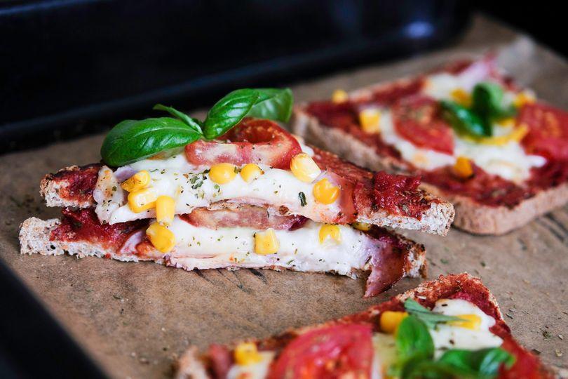 Křupavé pizza tousty z trouby s poctivou náloží bílkovin
